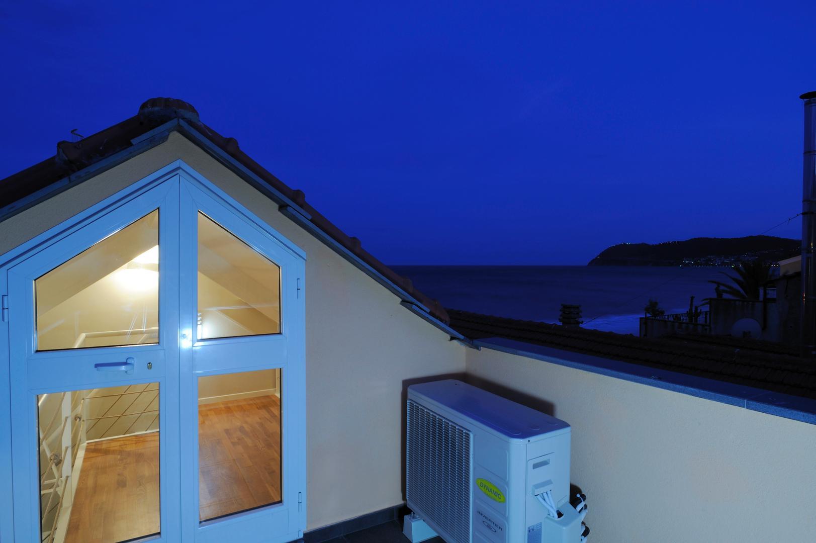 Alassio appartamento bilocale vista mare alassio hotel for Piani casa molo